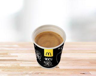 Juoda kava su pienu